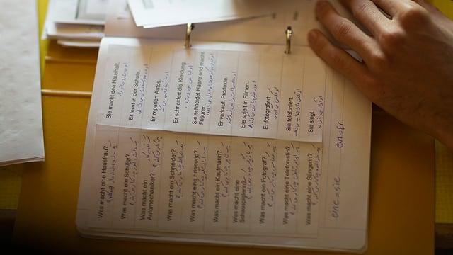 Aufgabenblatt mit vorgedrucken Fragen und schriftlichen Antworten.