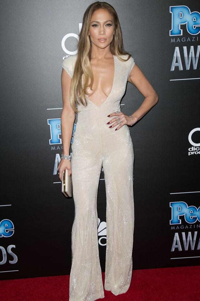 Sängerin Jennifer Lopez mit gewagtem Dekolleté