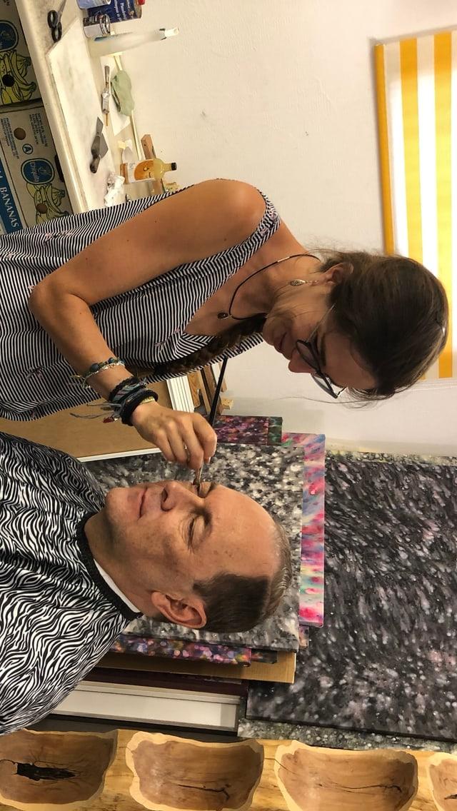 L'actur laic Erwin Ardüser survegn da la creadra da mascras Nora-Li Hess il make-up per la figura da Felix Calonder.