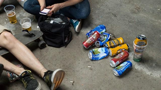 Bier am Boden, Füsse, Beine.