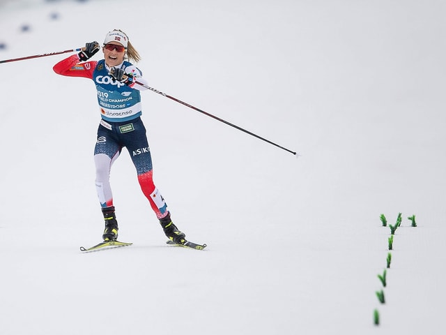 Therese Johaug jubelt auf der Zielgeraden