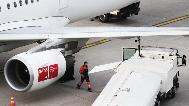 Ein Flugzeug der Swiss wird betankt.