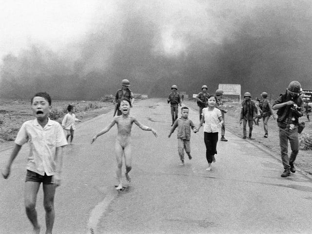 Weinende Kinder flüchten nach einer Napalm-Attacke im Vietnamkrieg am 8. Juni 1972.