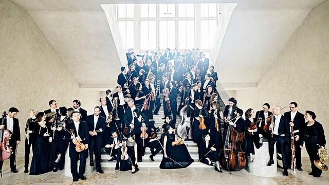 ein grosses Orchester steht auf einer Treppe