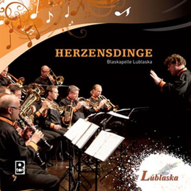 Lublanska bei einer Konzertaufnahme auf dem CD-Cover zu ihrem aktuellen Album «Herzensdinge».