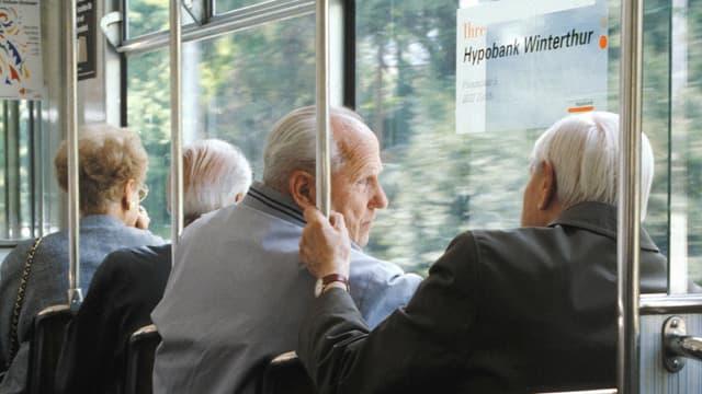 Seniors en in tram.