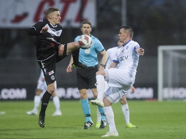 Mattia Bottani und Stjepan Kukuruzovic kämpfen um den Ball.