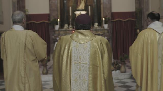 Hinter dem Altar