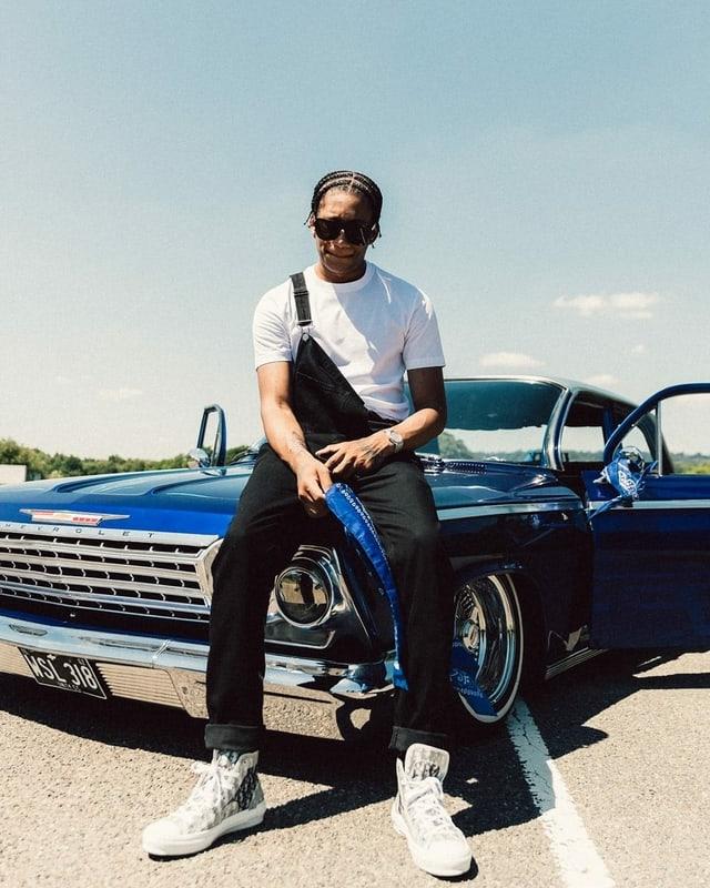 Digga D posiert mit Auto