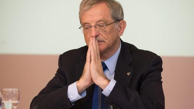 Hansjörg Trachsel mit gefalteten Händen.