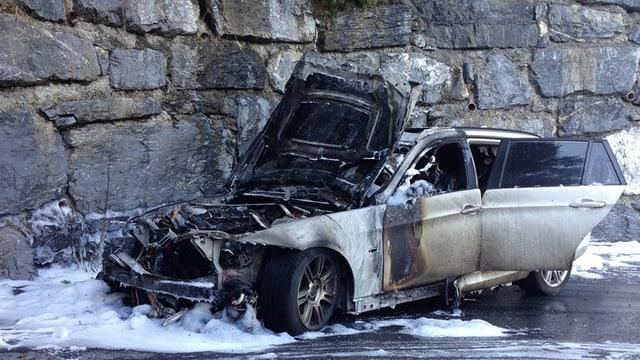 In auto d'accident cun restanzas d'in incendi.