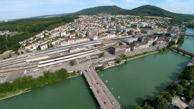 Luftaufnahme auf den Bahnhof Olten über die Aare hinweg.