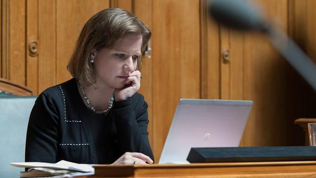 La cussegliera naziunala da la PLD Christa Markwalder avant il computer.