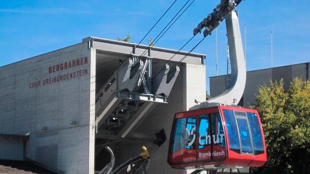 Die Luftseilbahn fährt aus der Talstation.