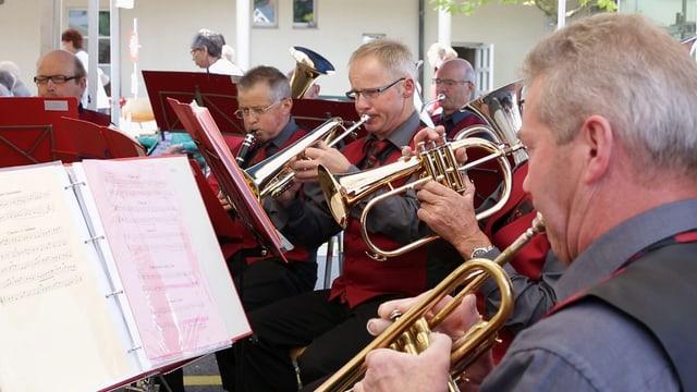 Mitglieder des Musikvereins Ruswil spielen Trompete.