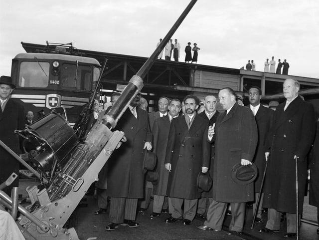 Emil Georg Bührle (ganz rechts) zeigt Haile Selassie I. 1954 eine Oerlikon 20-Milimeter Fliegerabwehrkanone.