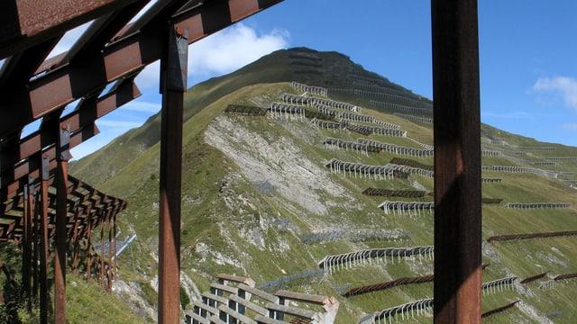 Verbauungen an einem steilen Berg