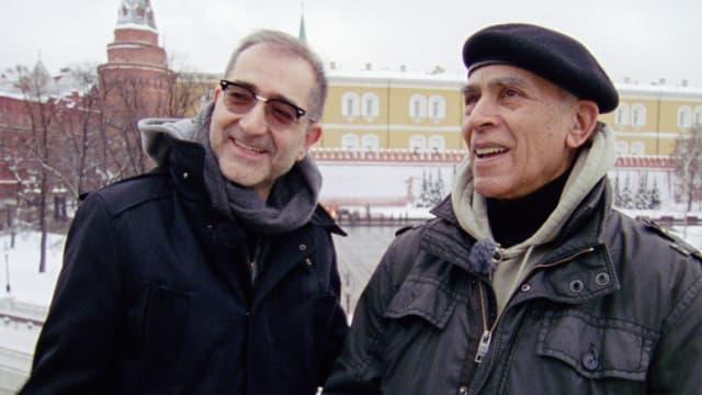 Zwei Männer auf dem Roten Platz in Moskau