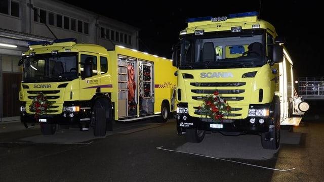 Zwei gelbe Löschfahrzeuge