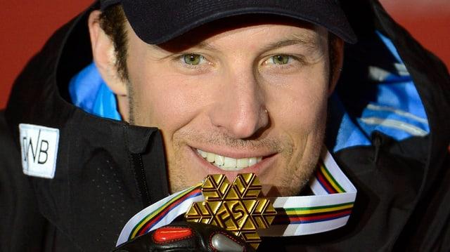 Aksel Lund Svindal beisst in seine WM-Goldmedaille.