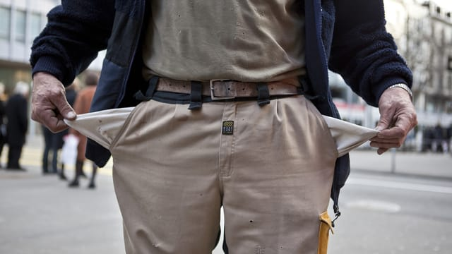 Mann zieht leere Taschen der Hosen nach aussen