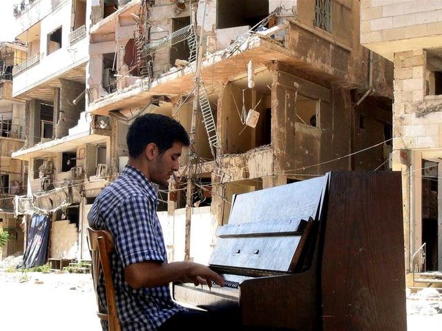 Aeham Ahmads spielt in den zerbombten Strassen Syriens Klavier.