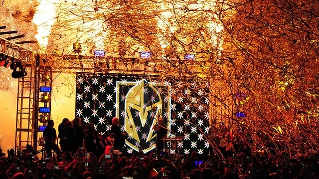 Das goldene Helm-Logo der Golden Knights wird unter Feuerwerk enthüllt.