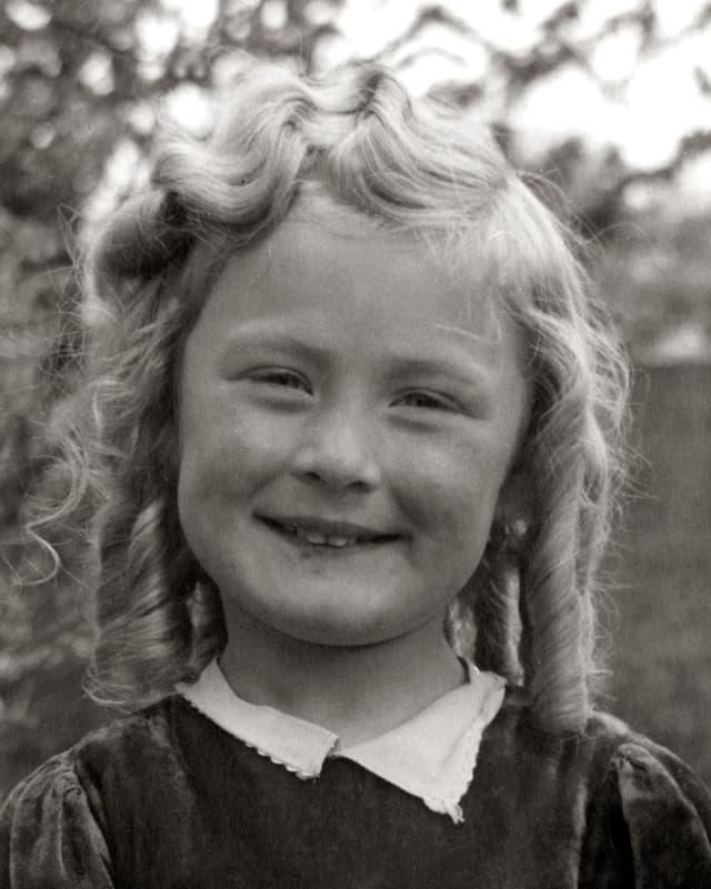 Schwarz-weiss Bild von Maria Altstätter als 6-jähriges Mädchen.
