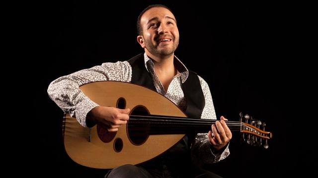Wael Sami Elkholy mit Oud während eines Konzerts