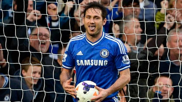 Frank Lampard im Chelsea-Dress und mit dem Ball in seinen Händen.