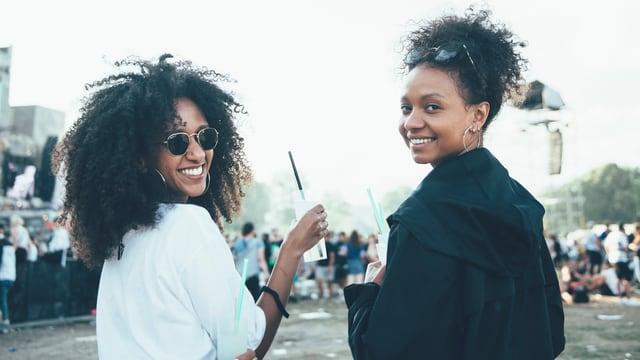 Zwei Frauen am Openair Frauenfeld