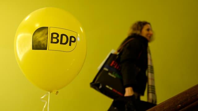 Eine Frau steigt an einem BDP-Ballon eine Treppe hoch