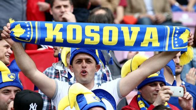 Ein Fan schwenkt einen Schal des Kosovo.