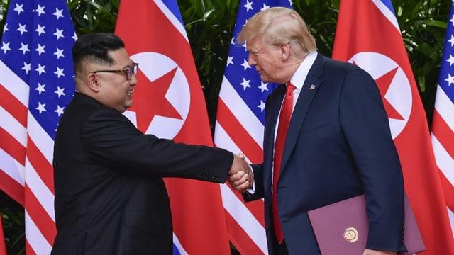 Kim und Trump geben sich die Hand