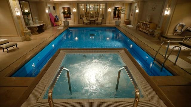 Ein Swimming Pool mit Whirlpool in einem Hotel.