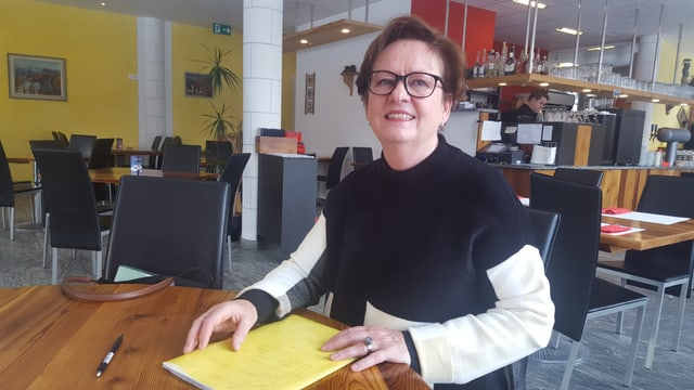 """Corina Casanova en il restaurant Taverna a Scuol a chaschun dal """"café rumantsch"""""""