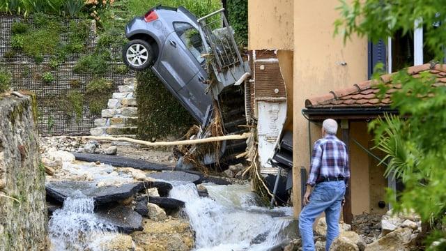 Durch die Überschwemmungen wurden Keller geflutet und Autos mitgerissen.