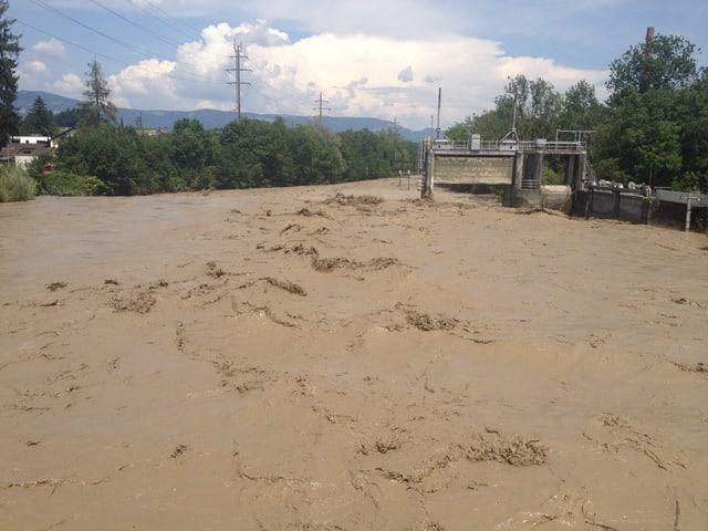 Das Emme-Wehr in Biberist beim Hochwasser im Sommer 2014