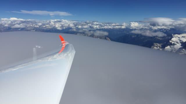 Blick aus dem Segelflugzeug auf die Lenticulariswolken über Samedan.