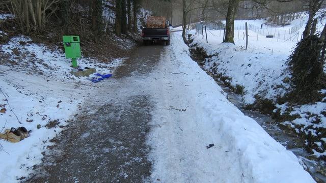 Ein Schlittelweg und eine kleine Strasse