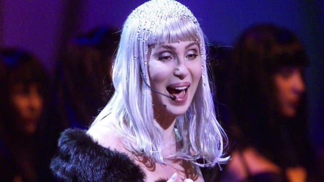 Cher mit blonder Perücke.