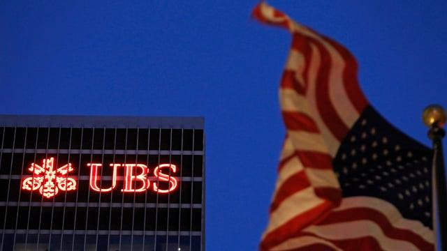 Neben dem UBS-Firmenzeichen eine US-Flagge