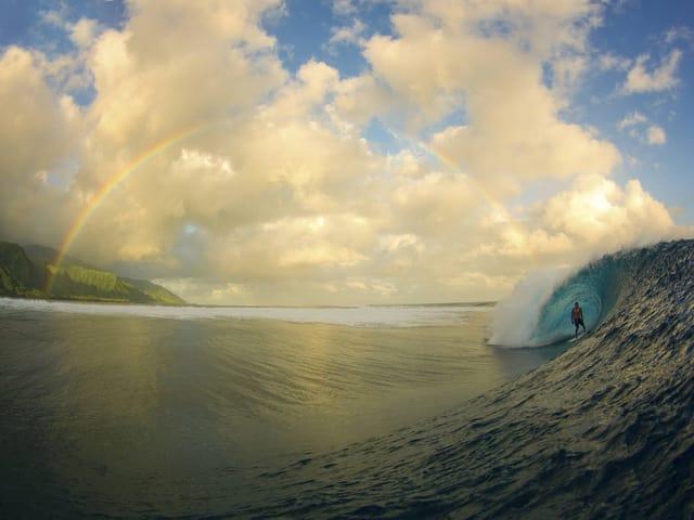 Surfer vor Regenbogen