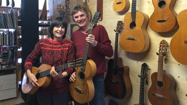 Cecilia e Werner Schär en lur lavuratori da construir ghitarras.