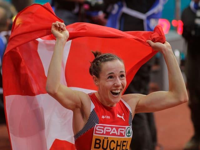 Selina Büchel jubelt mit der Schweizer Fahne.