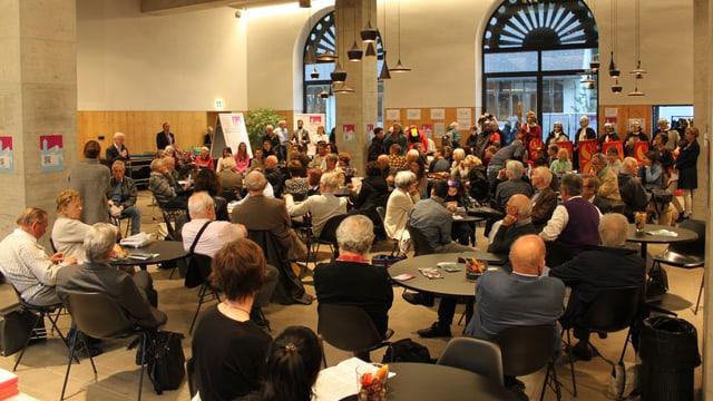 Ein Saal voller Menschen
