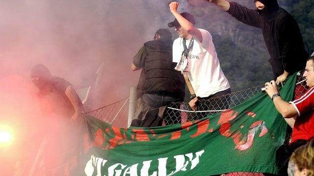 Nicht zu bremsen: St. Galler Fans bedrohen die Fans des 2. Ligisten Arbedo mit Gewalt.