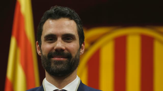 Roger Torrent avant la bandiera da la Catalugna.