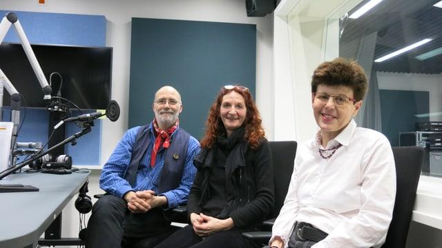 Drei Personen im SRF-Radiostudio