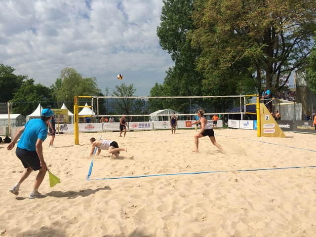 Zwei Volleyball Teams in Aktion.